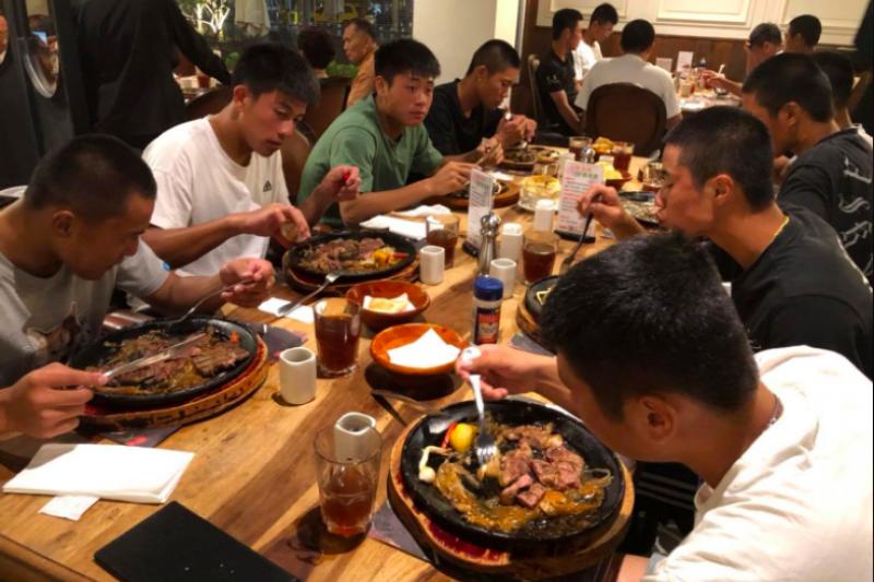 中華棒協理事長辜仲諒日前赴台東探訪U18中華培訓隊,招待全隊吃牛排勉勵隊員,不料卻遭部分網友諷道「太寒酸」。(取自中華棒協臉書)