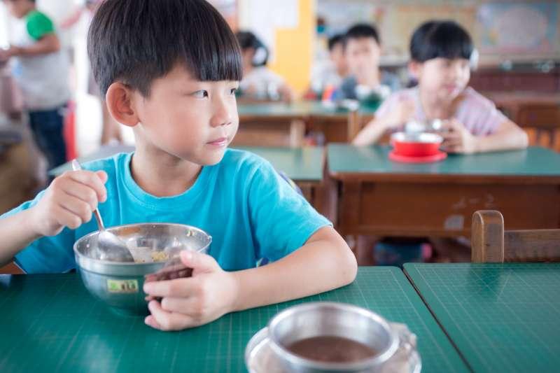 小孩吃不慣學校裡的中央餐廚想幫他準備愛心午餐,有可能會引起一場校園午餐歧視。(示意圖非本人/取自flickr)