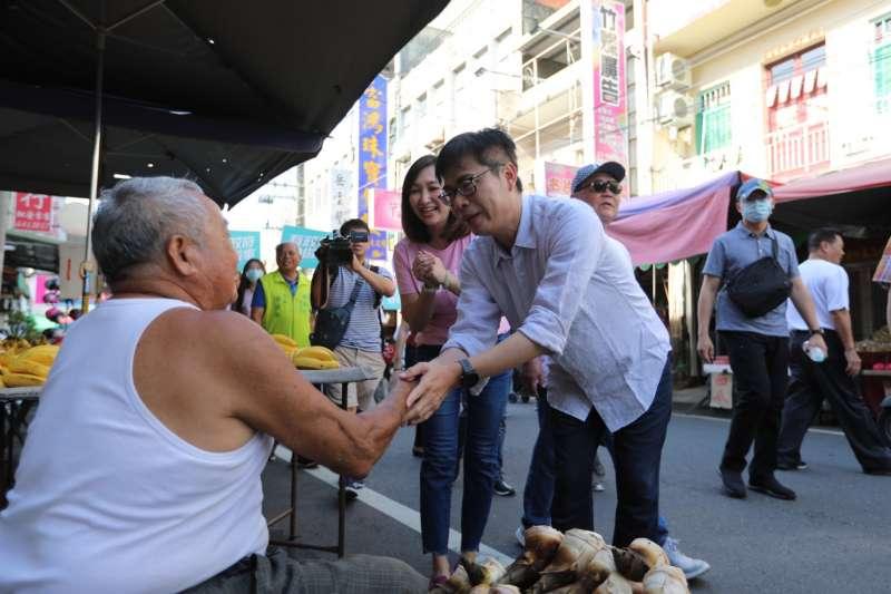 20200707-民進黨高雄市長補選候選人陳其邁7日赴林園早市掃街拜票。(陳其邁競選團隊提供)