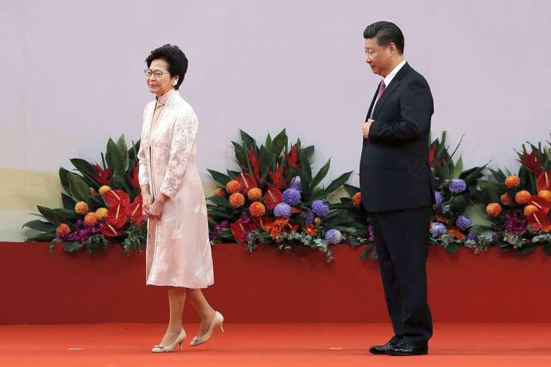 林鄭月娥(左)控制不住反送中抗爭,讓習近平(右)不願再容忍香港的「兩制」。(美聯社)