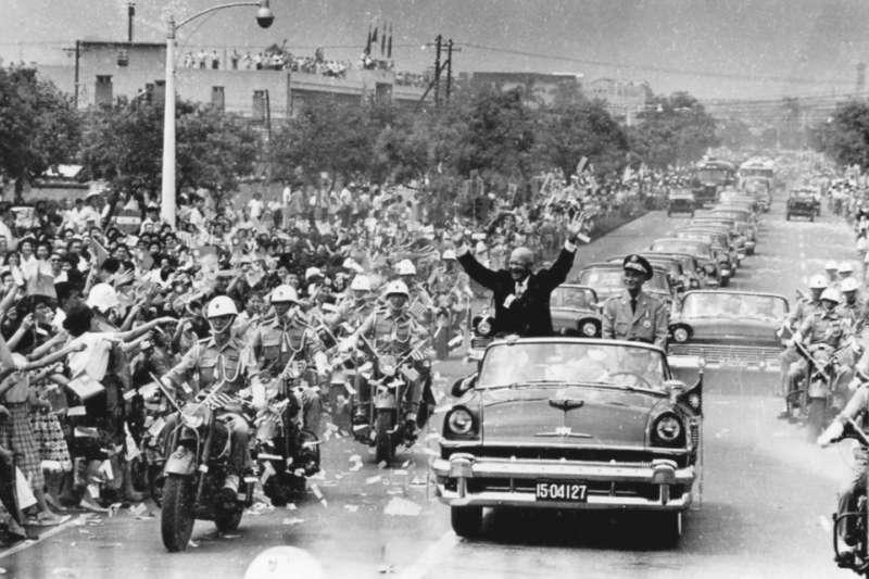 美國總統艾森豪於1960年6月18日訪問中華民國臺北市時,與中華民國總統蔣中正搭敞篷車前往圓山大飯店途中接受熱情群眾夾道歡迎。(維基百科/公用領域)