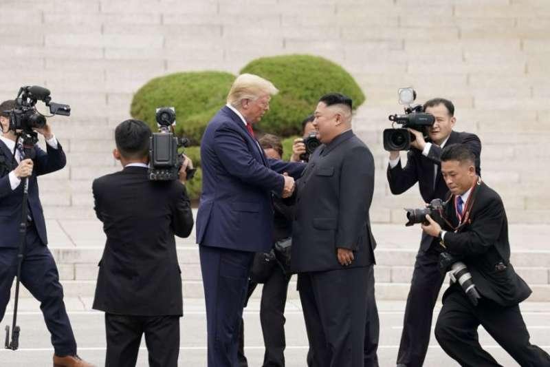 川普總統與金正恩在板門店握手。(美國之音)