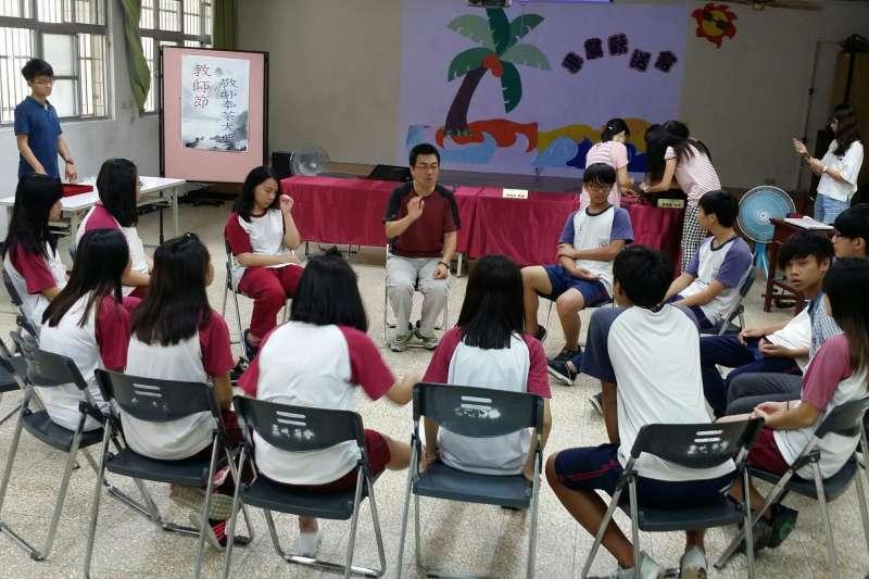 劉遵恕以小團體方式與學生討論。(圖/新北市教育局提供)