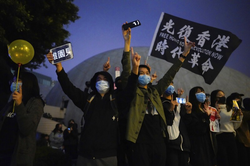 香港政府認為,反送中運動口號之一「光復香港、時代革命」含有「港獨」之意,違反《港區國安法》,被列為禁語。(美聯社)