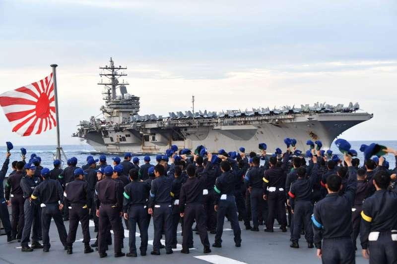 日本自衛隊在南海與美軍雷根號航母舉行聯合演習。(日本統合幕僚監部官網)