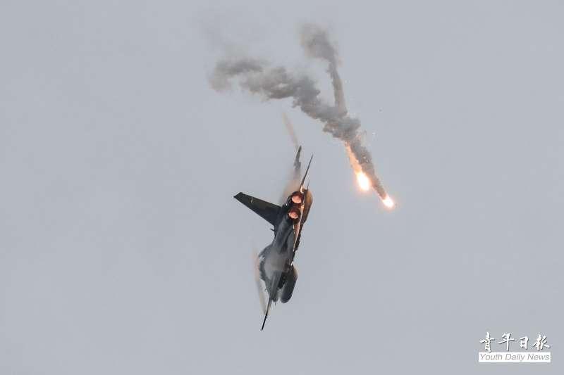20200709-國軍漢光36號演習正式操演前,最後1次實施實兵實彈預演,圖為F-CK-1 經國號戰鬥機(IDF)施放熱焰彈。(青年日報社提供)
