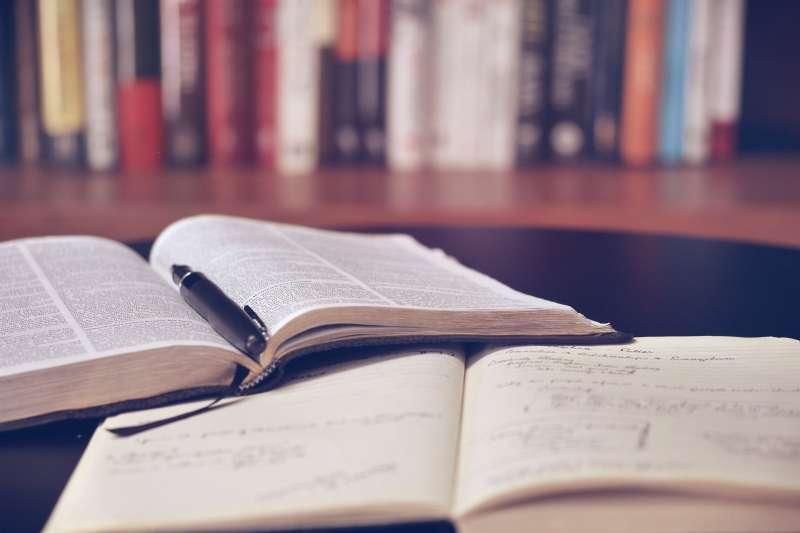 筆者認為,歷史不只是死去的書頁,也是活來的時空。(圖/pixabay)
