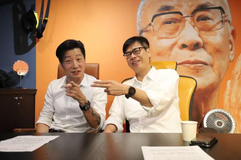陳其邁和林昶佐(左)直播,有人喊他「邁當勞叔叔」,因為看他很辛苦,生下來像就要勞碌。(圖/陳其邁競選總部提供)