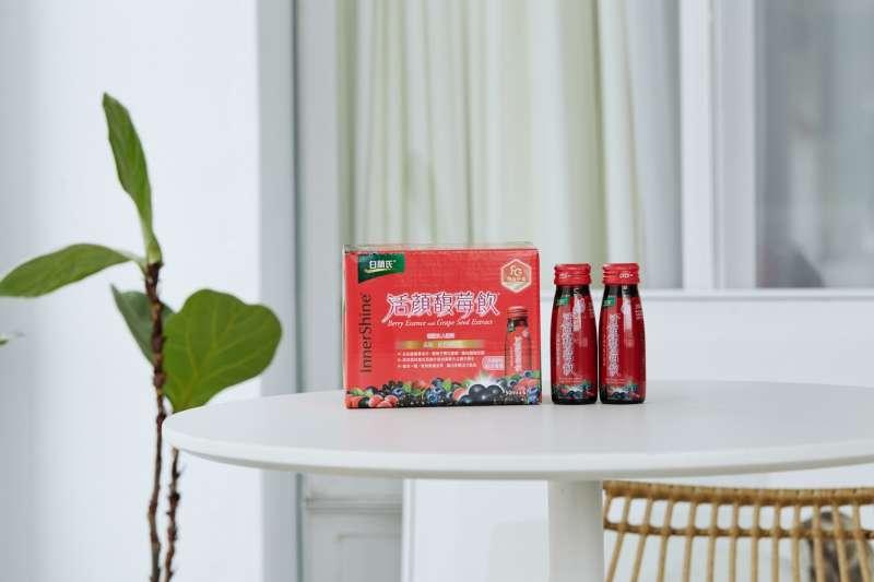 白蘭氏活顏馥莓飲內含抗氧聖品維生素E,加上精選五種莓果精華及專利認證葡萄子萃取物,富含葡萄子多酚。(圖/白蘭氏提供)