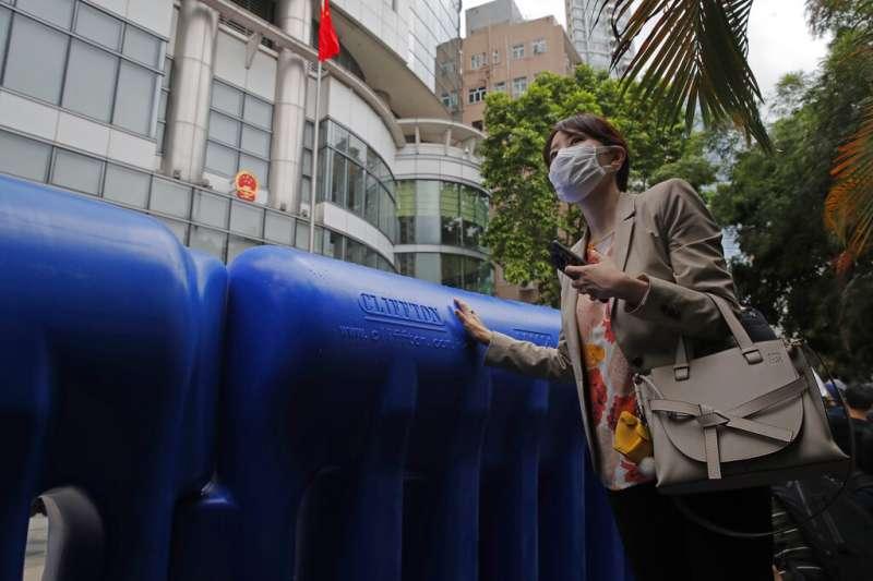 中國駐港國安公署設在銅鑼灣的維景酒店,警方用注滿水的大型水馬設置路障將酒店包圍起來。(美聯社)