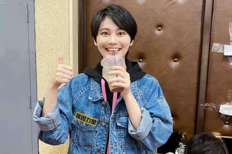 民進黨立委賴品妤(見圖)將個人臉書簡介改成「專炒紙紮屋」,讓粉絲全笑翻。(資料照,取自迷因力量臉書)