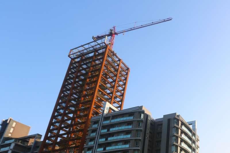 新建案不斷,房產專家認為,房價下跌不但有得等,且下半年還有機會創下新高。(柯承惠攝)