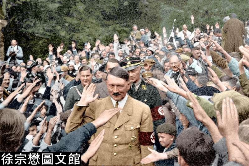 希特勒在收到瘋狂支持群眾的包圍,納粹帝國塑造神人領袖和瘋狂群眾,是極權的核心手腕。(圖/徐宗懋圖文館)