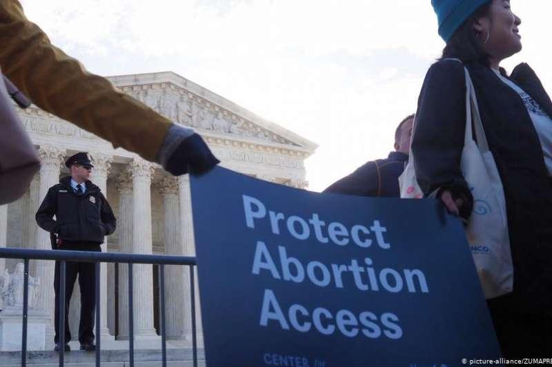 邊界封閉、醫院關門、網頁屏蔽:新冠疫情在全球導致女性難以得到安全墮胎機會,歐洲亦不例外。女權組織拉響了警報。(德國之聲中文網)