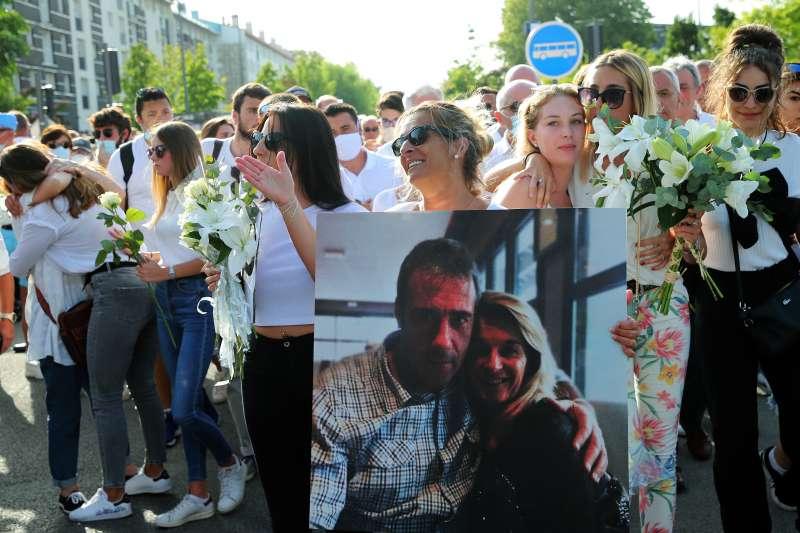 法國公車司機蒙吉祐(Philippe Monguillot)日前勸乘客戴口罩卻被圍毆致腦死,家屬10日選擇拔管,圖中持照片者為其妻子。(AP)