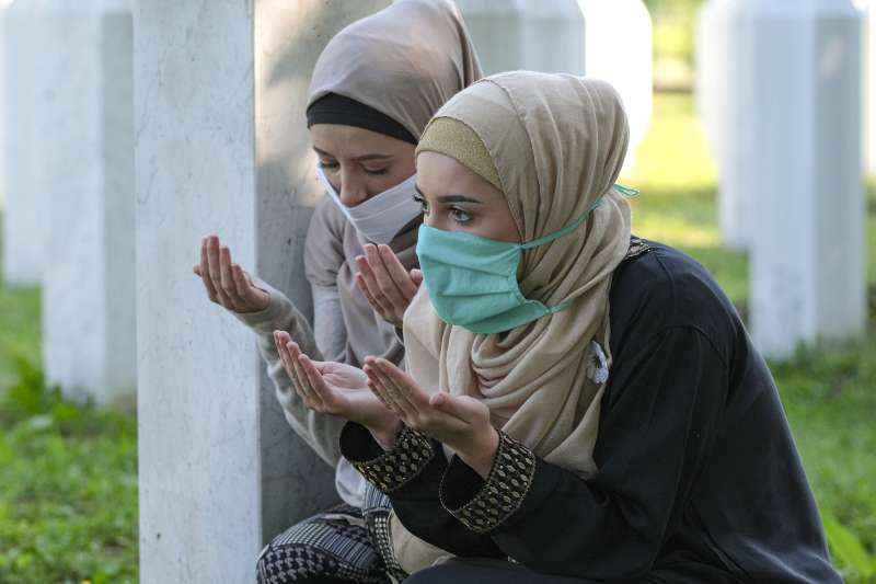 2020年7月11日,雪布尼查大屠殺(Srebrenica massacre)25周年,新近尋獲的死難者遺體入土為安(AP)