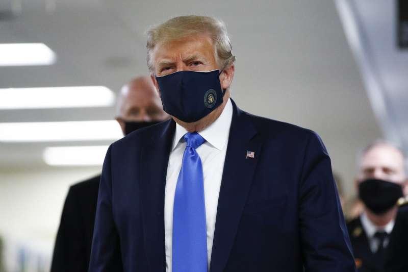 美國前總統川普在2020年新冠肺炎肆虐期間的防疫手法,讓不少人嚇出一身冷汗。(資料照,美聯社)