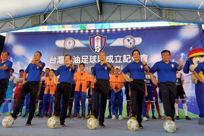 台灣中油足球隊成立大會,由台灣中油董事長歐嘉瑞(左三)主持,不少關心運動的地方人士及足球界代表超過200多人與會。(圖/台灣中油提供)