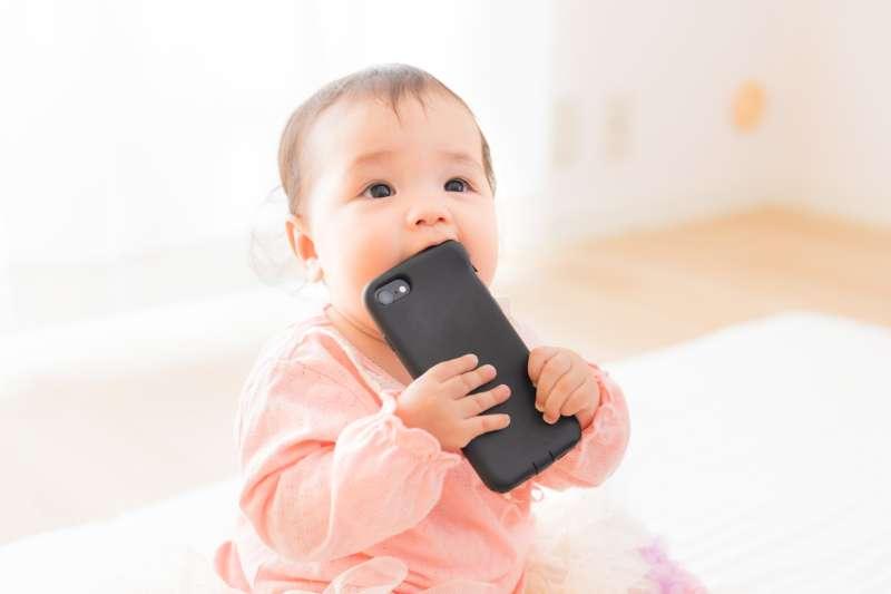 隨著科技進步,「3C褓母」成為部分家長打發小孩的方式,但同時也帶來許多隱患。(示意圖,取自pakutaso)