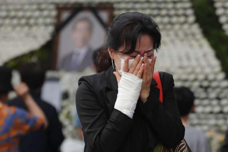 首爾市長朴元淳日前自殺身亡,前來弔唁的民眾在告別式會場哀慟哭泣。(美聯社)