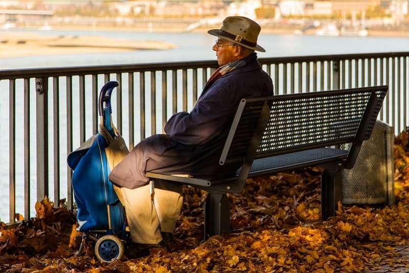 會孤老單身的不是只有女性,男性也可能因為分居、離婚,或妻子早逝而單身。(圖:flickr)