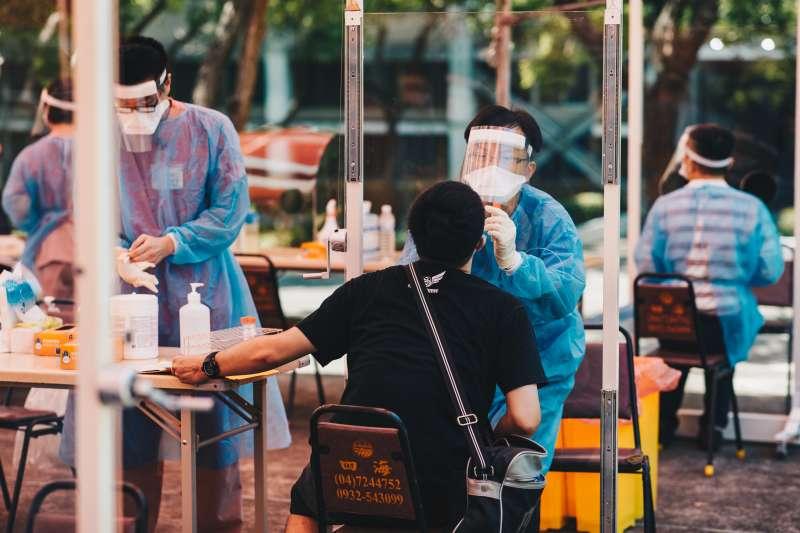 漢光演習動員後備軍人,13日上午在台中成功嶺營區依序實施體溫量測、口罩發放及消毒作業。(軍聞社提供)