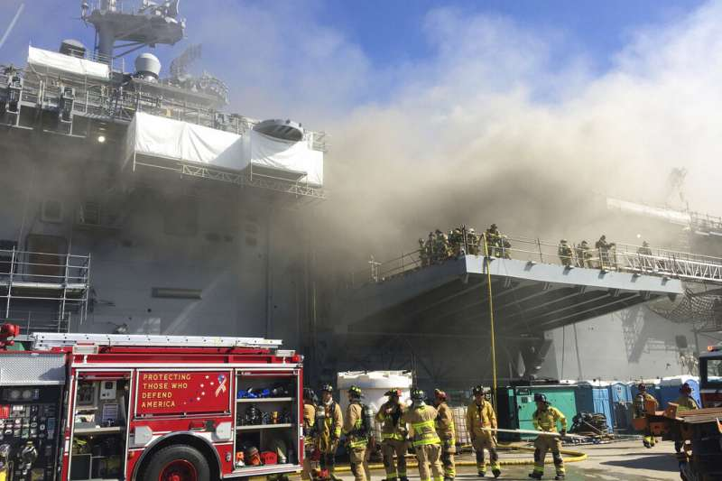 好人理查號在聖地亞哥海軍基地發生火災。(美聯社)