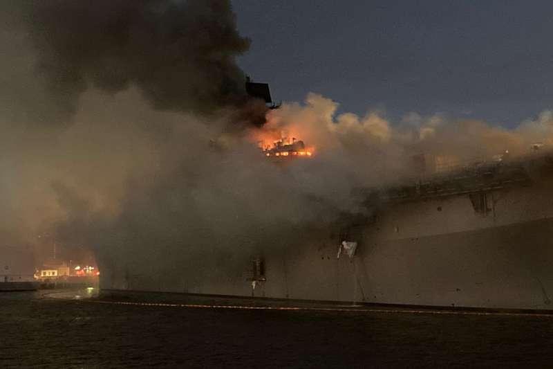好人理查號在聖地亞哥海軍基地發生火災,在延燒十多個小時後,連艦橋陷入火海。(美聯社)