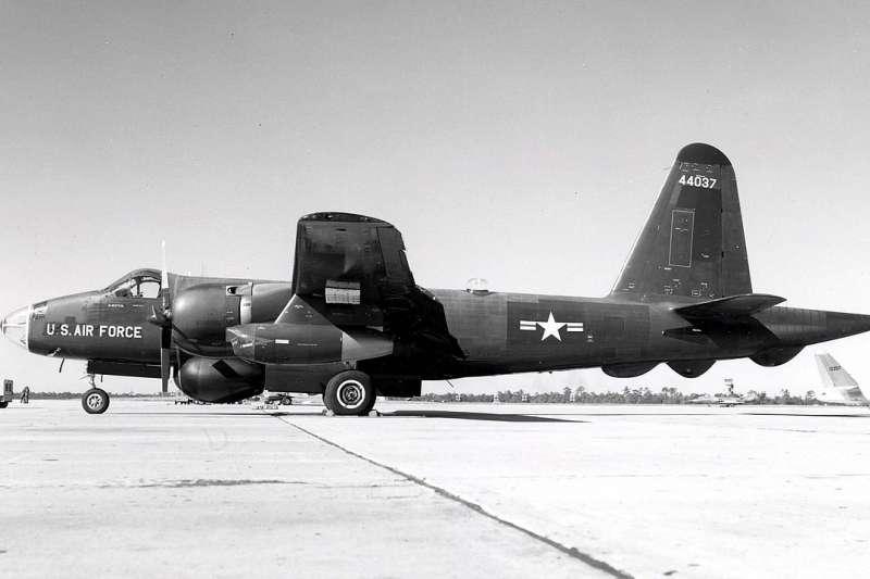 軍方晚間證實,空軍黑蝙蝠34中隊長趙欽,昨(12)日以97歲高齡辭世。圖為黑蝙蝠中隊曾使用的RB-69A電子偵察機同型機種。(取自維基百科)