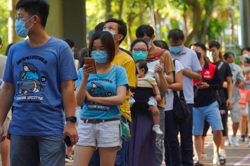香港民眾7月12日參與民主派初選,這也是《港版國安法》過關後的首次投票,但仍有超過60萬人參與投票。(資料照,美聯社)