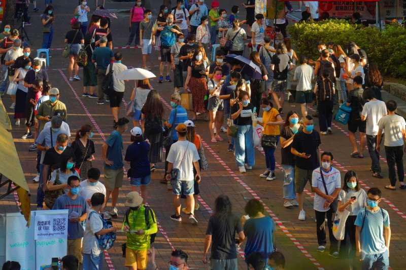 最近根據中國人大通過的標準,有四位香港民主派議員被取消資格,引發全體民主派議員辭職抗議。圖為香港民眾7月12日參與民主派初選,這也是「港版國安法」過關後的首次投票。(美聯社)