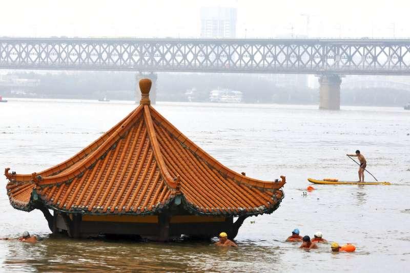 近年來最大的一場暴雨導致長江部分河段水位上漲,並在湖北武漢與周邊的鄉村地區引發大面積洪水。(美聯社)