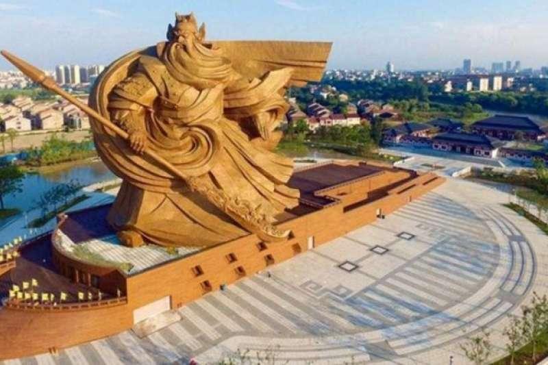 位於荊州關公義園的這座關公像號稱全球最大關公青銅雕像。(圖/取自微博)