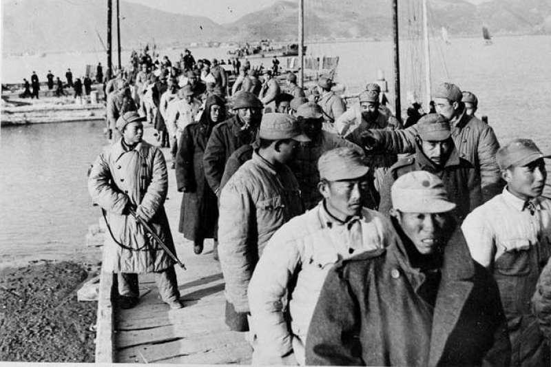 1955年1月,第一次台灣海峽危機中的「一江山島戰役」,被俘的國軍(Wikipedia / Public Domain)
