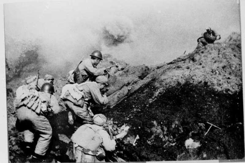 1955年1月,第一次台灣海峽危機中的「一江山島戰役」(Wikipedia / Public Domain)