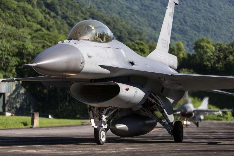 國軍漢光36號演習今起「開打」,軍方啟動「電光操演」將人員緊急召回,為期五天的實兵演練正式揭開序幕。圖為F-16戰機。(取自軍聞社)
