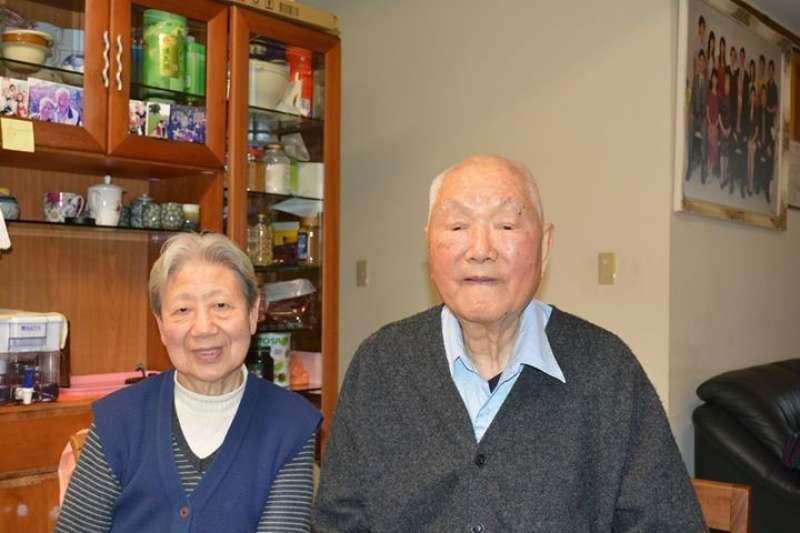 20200713-晚年定居台灣的向秀峰夫婦,他表示自己擊落了那架導致孤軍撤回台灣的緬甸空軍達珂塔運輸機。(許劍虹提供)