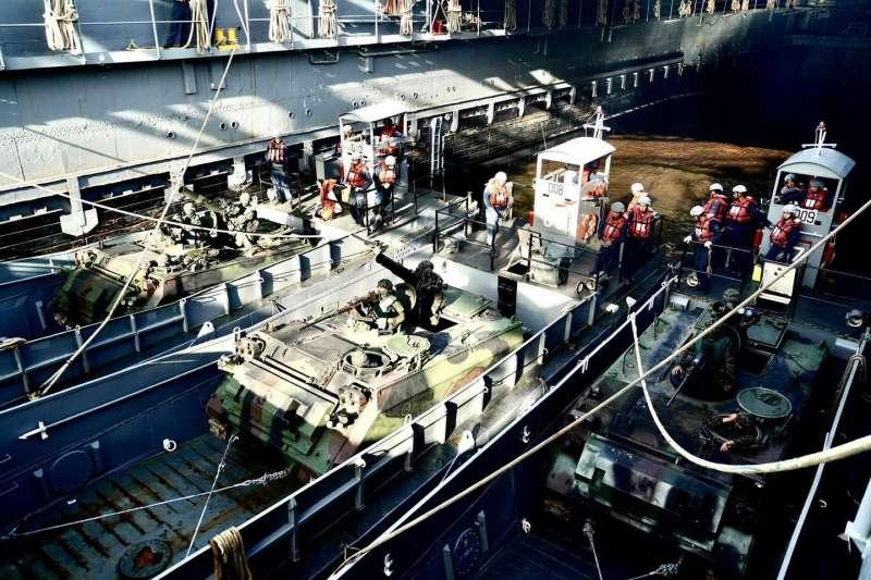 國軍漢光36號演習13日正式「開打」,海軍艦隊指揮部臉書披露進行登陸作戰的海上船團作業情況。(取自海軍艦隊指揮部臉書)