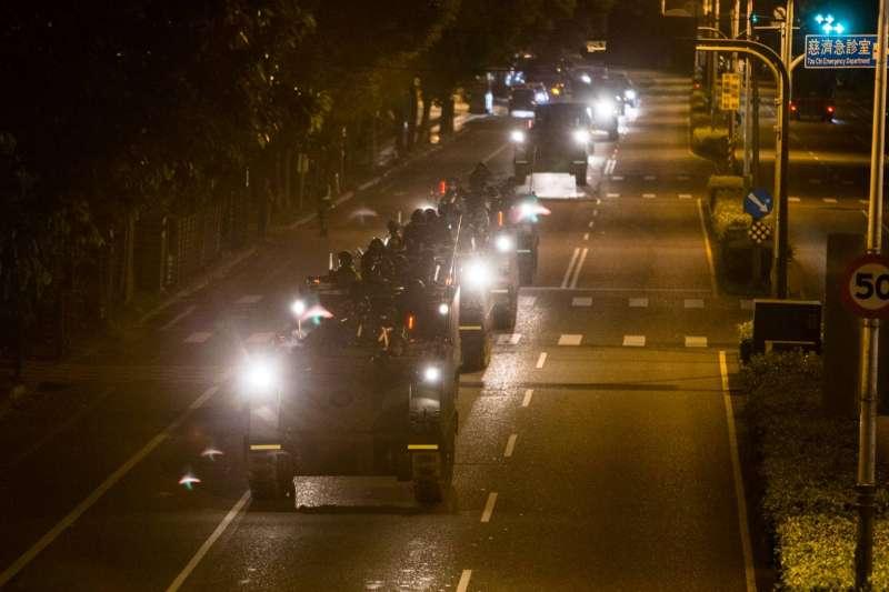 第二作戰區執行「聯合反特攻作戰演練」,凌晨4點機步營官兵即前往空軍花蓮基地,台東也有裝甲車在市區街頭行駛畫面頻遭目擊。圖為M113裝甲車。(軍聞社提供)