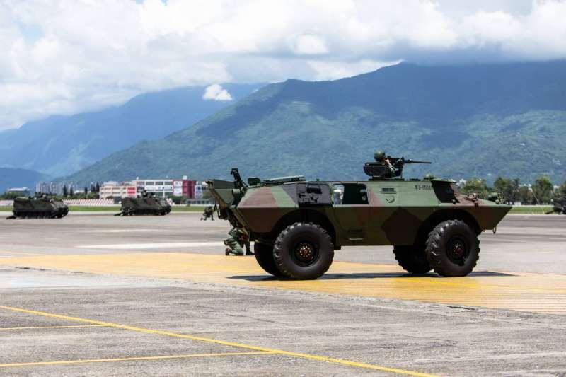 20200714-第二作戰區執行「聯合反特攻作戰演練」,凌晨4點機步營官兵即前往空軍花蓮基地,台東也有裝甲車在市區街頭行駛畫面頻遭目擊。圖為V-150裝甲車。(軍聞社提供)