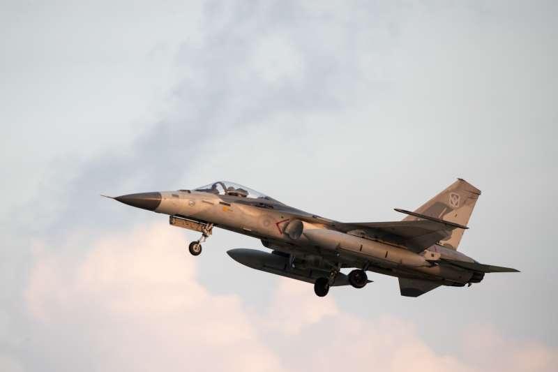 20200714-國軍實施漢光演習,今(14)日下午另同步實施萬安演習,模擬不明飛彈襲來。圖為IDF經國號戰機警急升空畫面。(取自軍聞社)