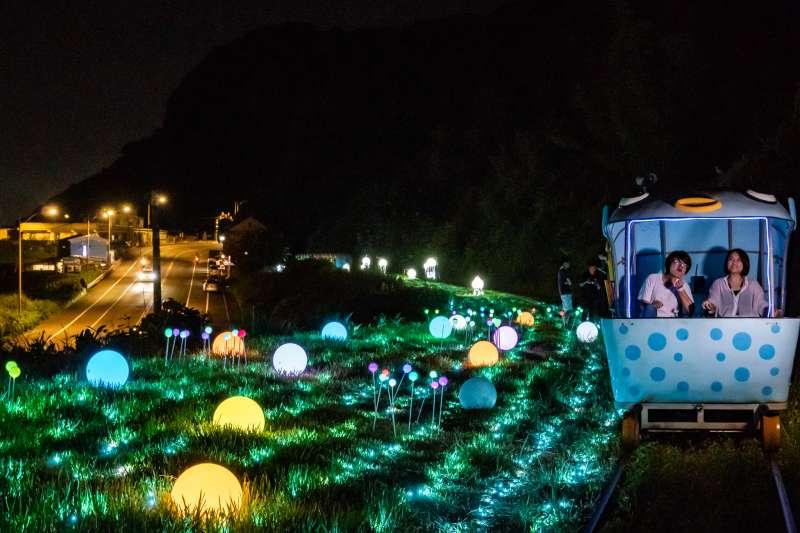 「深澳鐵道自行車」至9月30日止,晚上6時至8時30分加開6個夜間班次,以山海景緻與永續環保為主題,打造夜間燈光藝術,讓你享受迷人的深澳夏日夜晚。(圖/新北市觀旅局提供)