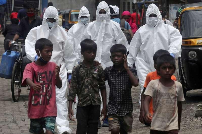 新冠肺炎疫情肆虐全球,前線公衛、醫護人員首當其衝。(AP)