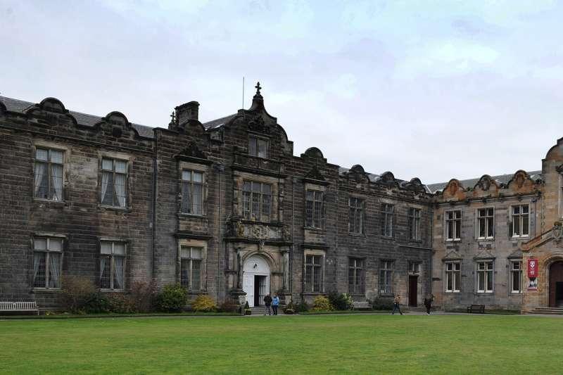 蘇格蘭聖安德魯斯大學發生至少數十起性侵案,倖存者公開匿名證詞引發關注。(圖截自推特)