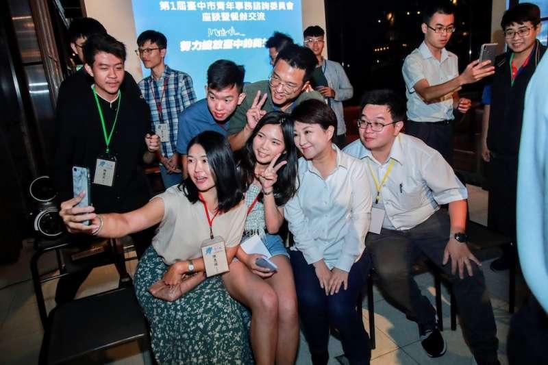 為了解年輕人對台中市的建言跟需求,台中市府成立青年事務諮詢委員會,市長盧秀燕跟百位青年聚餐交流意見。(圖/台中市政府提供)