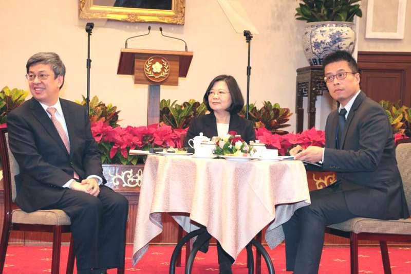 黃重諺(右)是蔡英文(中)極力提拔的青壯世代。(總統府記者聯誼會提供)