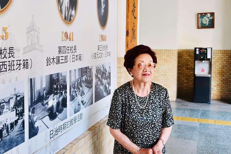 91歲日籍校友川瀨富子,因二戰緣故無法領取畢業證書,耿耿於懷,13日終於領取遲來的畢業證書,開心不已。(圖/取自靜修Blessed Imeldas School-官網)