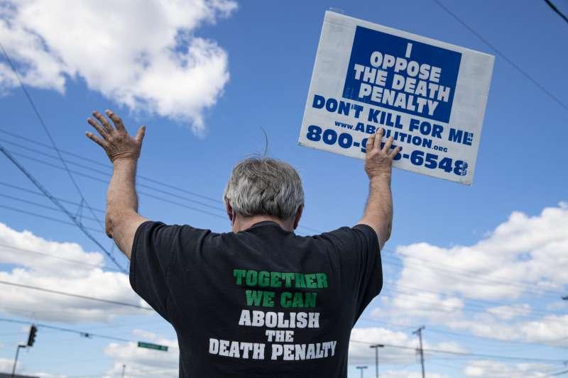 2020年7月14日,美國聯邦政府在時隔17年之後再次執行死刑,引發許多廢死組織抗議(AP)
