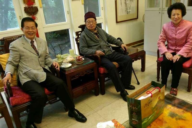 作者拜訪邱府與邱創煥先生夫婦合影, 此為作者與邱先生的最後一張合照。(2016年1月)