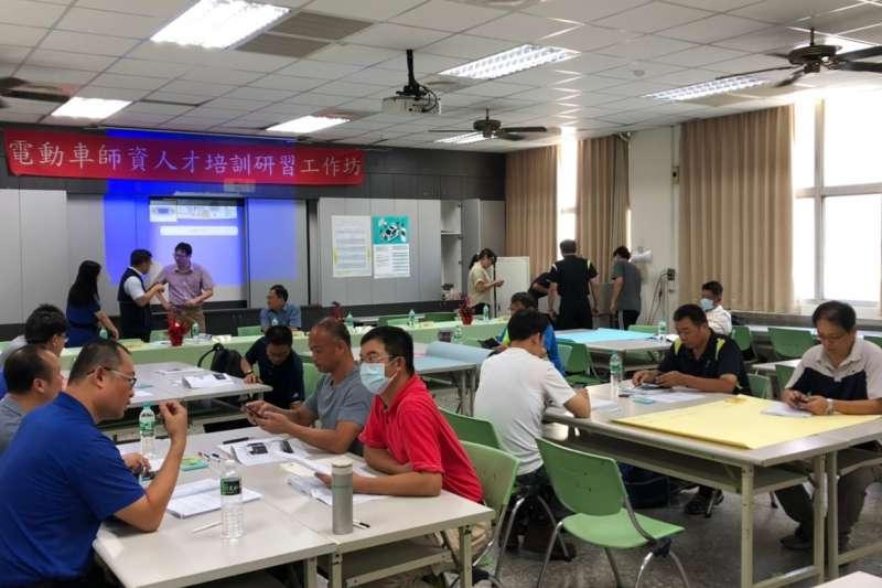 中市政府教育局13日在台中高工舉行電動車師資培訓工作坊。(圖/台中市政府提供)